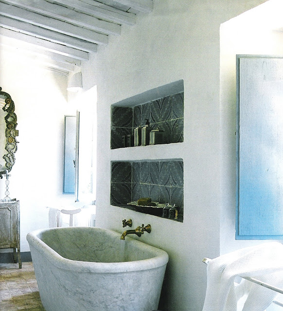 Marble tub, niche, carved mirror and natural light Côté Sud Aout-Sept 2003, edited by lb for linenandlavender.net