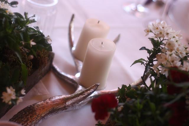 Kerzenhalter silber Geweih, Trachtenhochzeit in den Bergen, Dunkelrot und Creme, Rosen, Dirndl, Maihochzeit, Riessersee Hotel Garmisch-Partenkirchen, Bayern, Mountain wedding in Bavaria