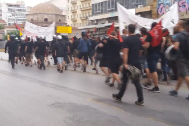Αντισυγκέντρωση αντεξουσιαστών στο σημείο της διαδήλωσης για το Σκοπιανό