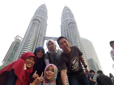 Hari Pertama Backpacker Malaysia: Asyiknya Berfoto di Menara Kembar Petronas
