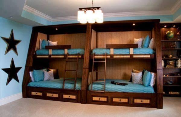 Quatre lits superposés en bois marron