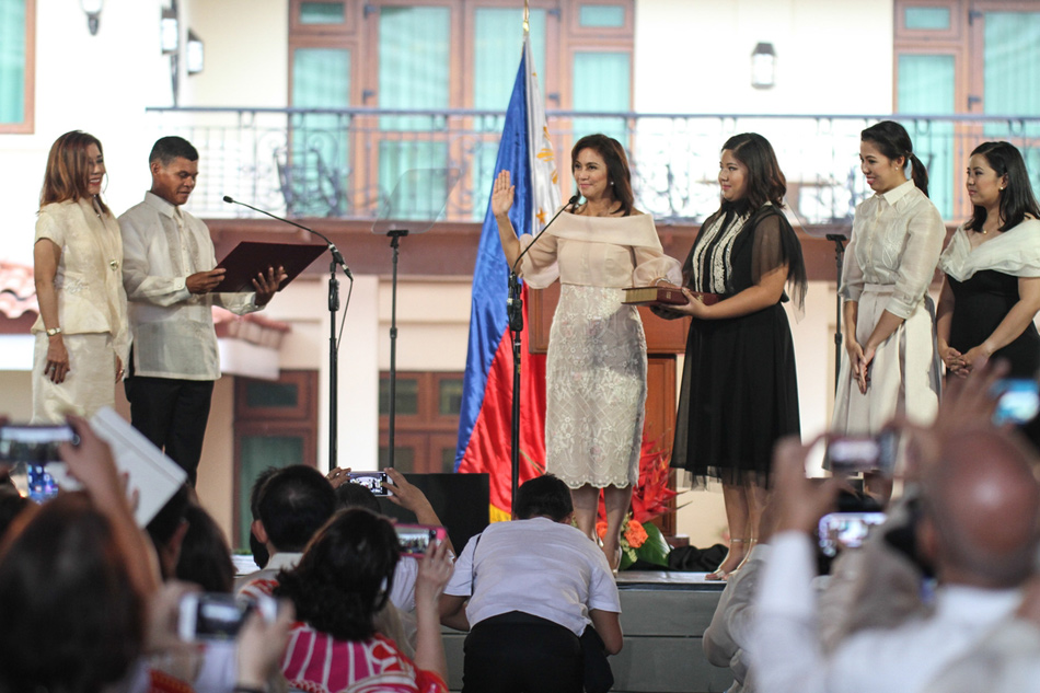 Robredo takes oath in front of Barangay Captain Ronaldo Coner