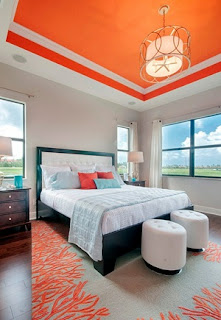 Dormitorio con techo naranja