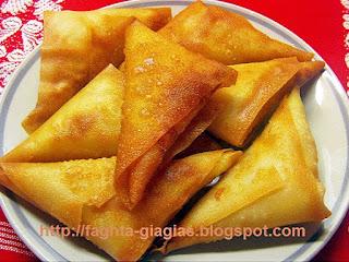 Τυροπιτάκια τρίγωνα τηγανιτά ή ψητά - από «Τα φαγητά της γιαγιάς»