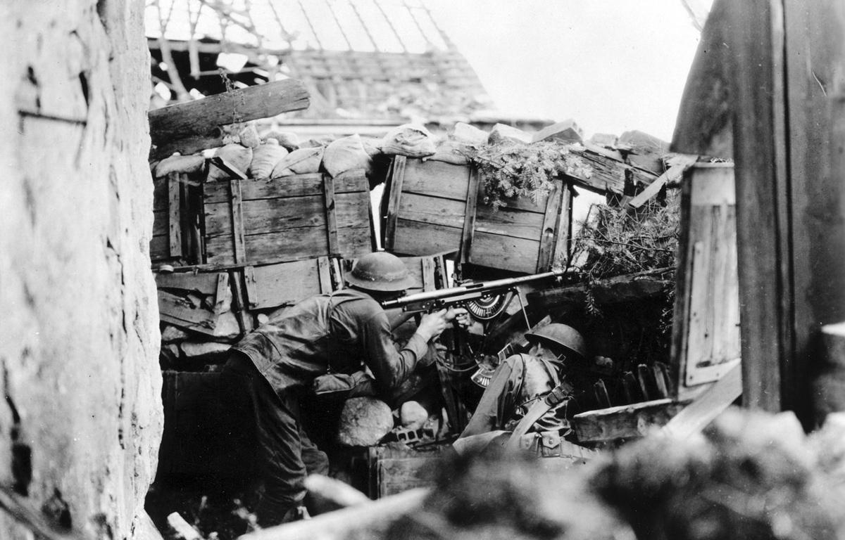 Leyenda original: Equipo de rifle automático listo para la acción. Tripulado por Pvt. J H. Maxwell y Pvt. E.A. Sullivan, Co. B, 137 Regimiento de infantería, cerca de [ininteligible] Alemania. Ago. 1918.