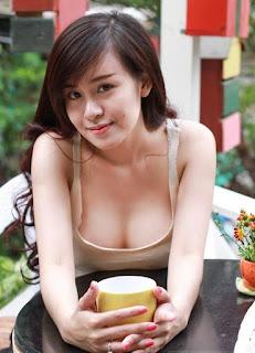 Hình ảnh Bà Tưng không mặc nội y lộ nhũ hoa không che