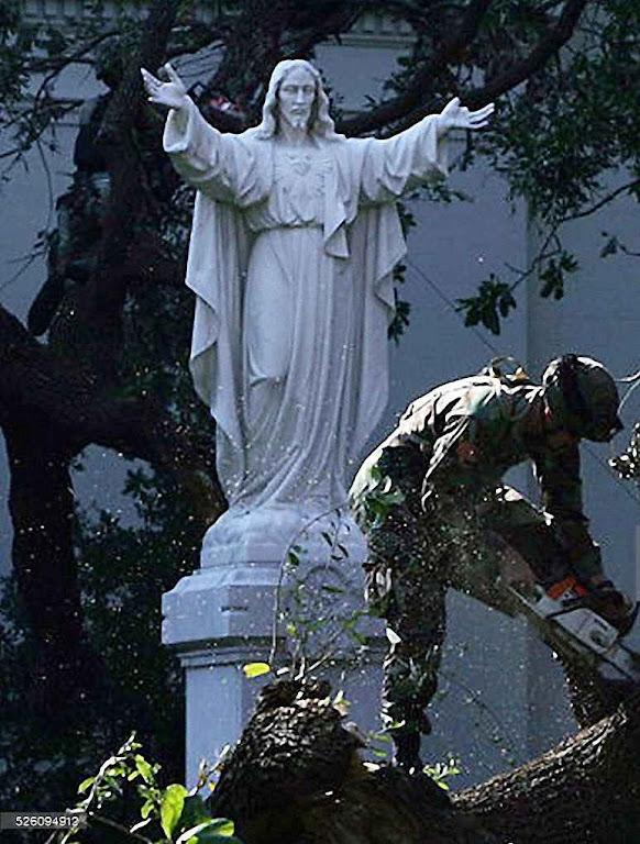 Em frente da catedral São Luís, Jesus atraiu as árvores que caiam e até perdeu um dedo, Katrina, Nova Orleans, 2005.