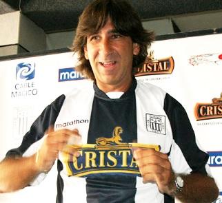 Foto de Gustavo Costas con camiseta de Alianza Lima