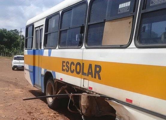 Acidente envolvendo ônibus escolar deixa quatro pessoas feridas na BR 364