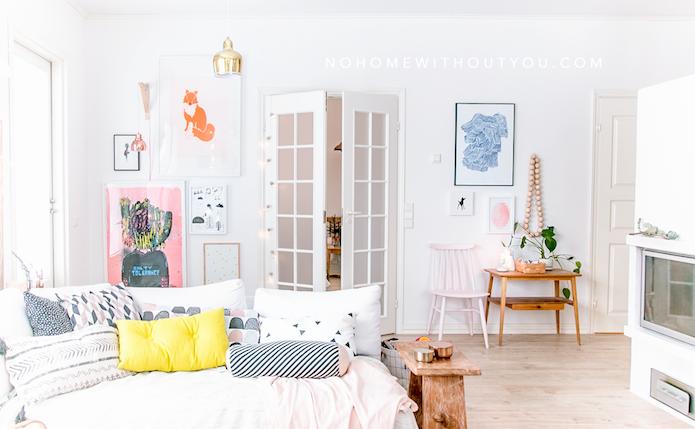 salón con muebles claros, puertas blancas, detalles en color pastel