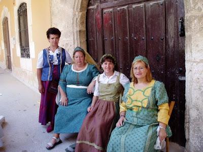 Cuatro mujeres ataviadas con trajes medievales
