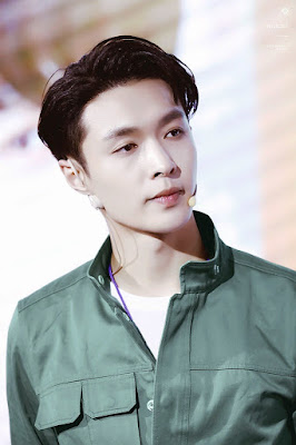 Biografi Lay EXO   Lay merupakan seorang penyanyi Cina yang lahir pada tahun 7 Oktober 1991 di Changsha, Hunan, Cina. Lay lahir dengan nama lengkap Zhang Yixing (yang dalam bahasa Cina Tradisional ditulis dengan : 張藝興 / sedangkan dalam bahasa Cina Sederhana ditulis dengan : 张艺兴). Zhang Yixing adalah nama aslinya, namun sekarang ini, setelah dirinya masuk sebagai member EXO, dirinya terkenal dengan nama panggung Lay, atau banyak dikenal orang dengan nama Lay EXO. Nama panggung Lay ini merupakan nama yang diberikan oleh kakek Lay EXO, Lay EXO mempunyai beberapa nama panggilan, seperti waktu kecil dirinya sering dipanggil dengan sebutan Kepala Besar, dan sekarang ini dirinya sering dipanggil dengan nama Xing Tuo dan Lay, namun beberapa orang mempunyai sebutan tersendiri untuk memanggil Lay EXO ini, seperti Chen yang memanggil Lay dengan nama Xingxing hyung, sedangkan Lay memanggil chen dengan sebutan chenchen.  Lay EXO sangat menyayangi kakek dan neneknya, bahkan waktu kecil, Lay EXO pernah mengikuti sebuah kontes dan dirinya mengatakan kalau dirinya berhasil menang, hadiahnya akan diberikan kepada neneknya, agar bisa digunakan neneknya untuk berobat. Lay bergabung dengan SM Entertainment pada tahun 2008 yang lalu melalui sistem casting, saat itu Lay baru berusia sekitar 17 tahun,