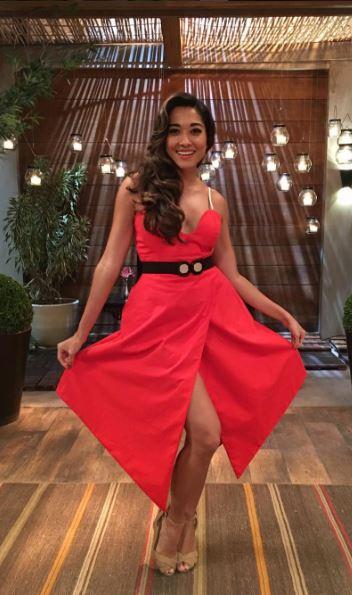Yumi (Jaqueline Sato) vestido vermelho