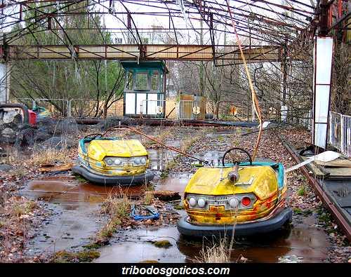 parquinho destruido abandonado