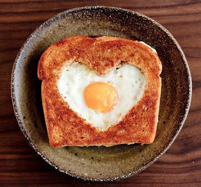 מתכון רומנטי להכנת ביצת עין בתוך הטוסט