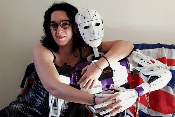 """Aku benar-benar dan hanya tertarik dengan robot,"""" katanya. """"Saya hanya dua hubungan dengan laki-laki telah dikonfirmasi orientasi cinta saya, karena saya tidak suka kontak benar-benar fisik dengan daging manusia."""""""