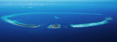 Foto van het atol ´Rasdhoo´, bestaande uit Veligandu, Madivaru, Rasdhoo en Kuramati