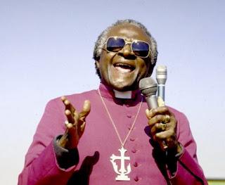 Desmond Tutu, micrófono en mano.