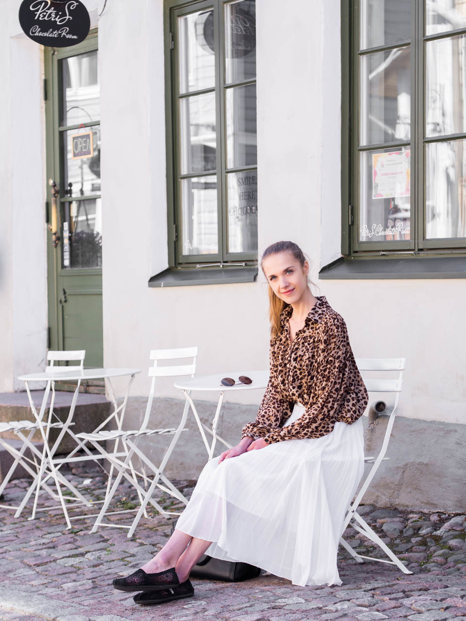 porvoo-summer-guide-cafes-restaurants-shops-fashion-blogger-outfit-leopard-print-shirt-white-pleated-midi-skirt