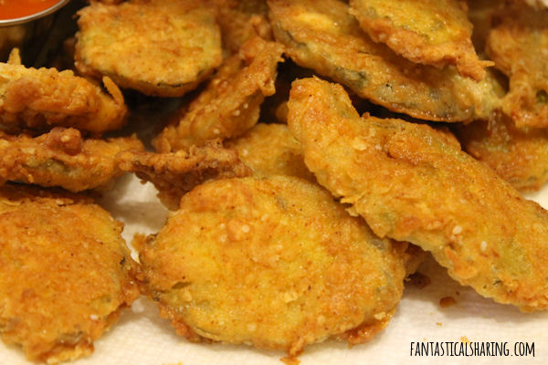 Copycat Hooter's Fried Pickles // This fried appetizer is the perfect finger food for game day! #recipe #pickles #copycat #hooters #appetizer #sundaysupper