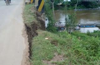 ecahnya barau penahan jalan membuat sebagian badan jalan amblas. Tanah pun menjadi terendap, termasuk sebagian badan jalan nasional Sekadau-Sintang