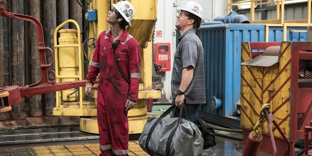 Dylan O'Brien e Mark Wahlberg em HORIZONTE PROFUNDO - DESASTRE NO GOLFO (Deepwater Horizon)