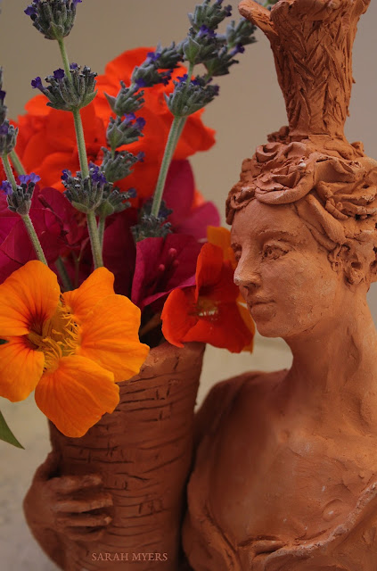 lady, plumes, basket, sarah, myers, art, arte, artist, terracotta, sculpture, vase, escultura, skulptur, flowers, bouquet, arrangement, beautiful, feathers, woman, figurative, decor, decorative, contemporary, modern, red, earthenware, clay, face, eyes, cornucopia, lavender, nasturtiums, jasmine, bougainvillea, spring, printemps, primavera, handmade, profile, close-up, detail, face