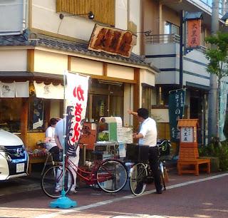 和菓子屋の出店かき氷の出店とお客