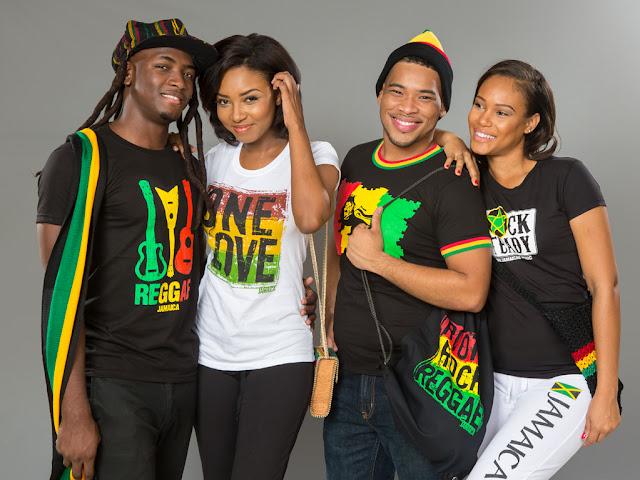 Jeunes jamaicains , hommes et femmes avec des vetements vert, jaune, rouge