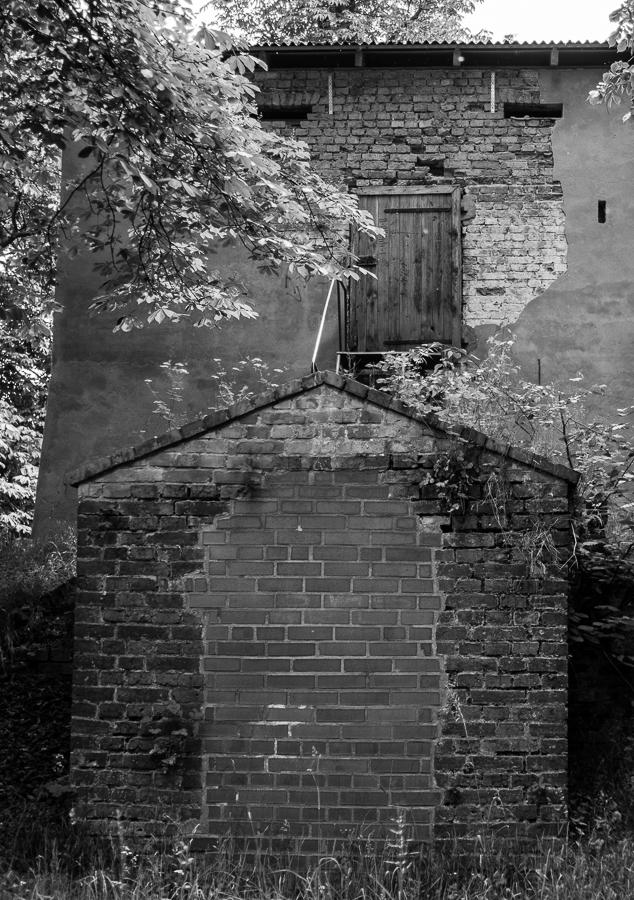 Blog + Fotografie by it's me! | fim.works | SchwarzWeissBlick No 19 | Lost Places im Spreewald, Brandenburg | Haus mit abgefallenem Putz