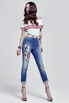Modella con pantaloni a vita alta