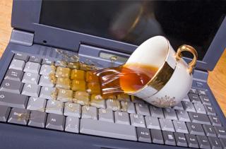 Чай на клавиатуре ноутбука