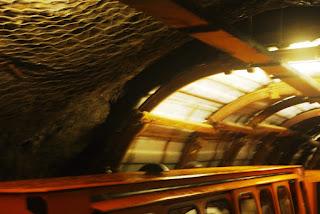 Vista del tren en el interior de la mina