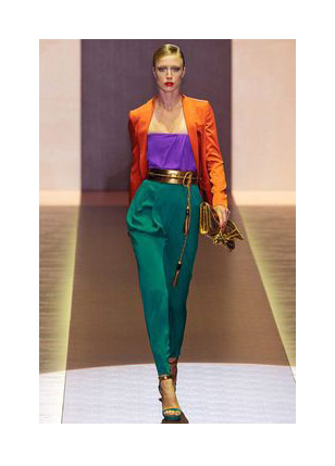 Оранжевый жакет, синий топ, зеленые брюки