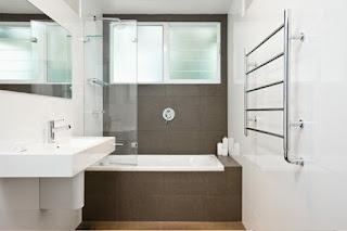 kleines badezimmer mit badewanne
