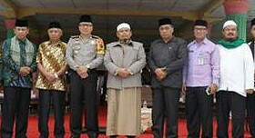 Kapolres Asahan AKBP Yemi Mandagi dan Wakil Bupati Asahan serta tokoh agama dan masyarakat foto bersama.