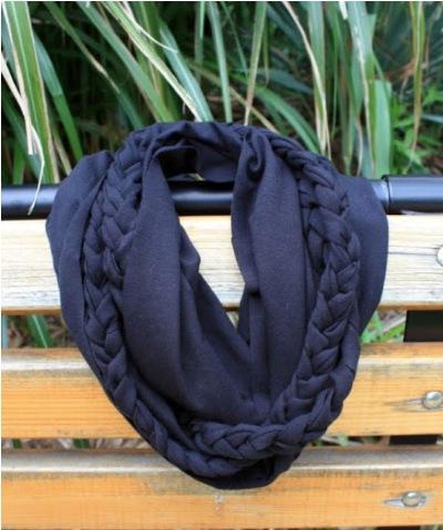Syal / Scarf terbuat dari kain kaos bekas.