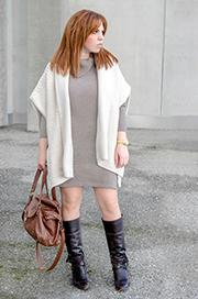 Vestido de lana en tono camel y capa blanca de Massimo Dutti