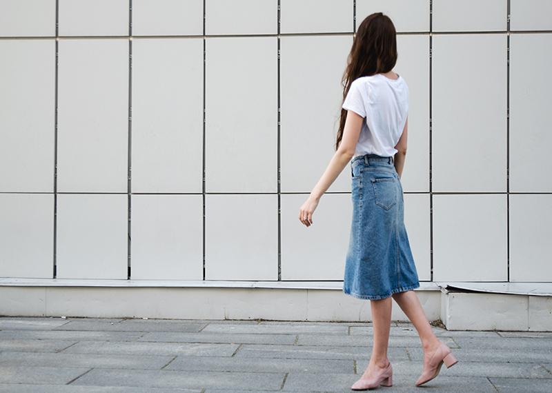 Базовая вещь для лета - джинсовая юбка до колен с белой футболкой
