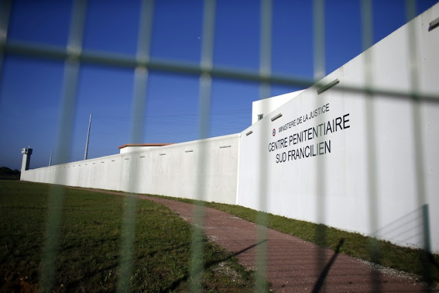 France searches for gangster, and answers, after helicopter jailbreak