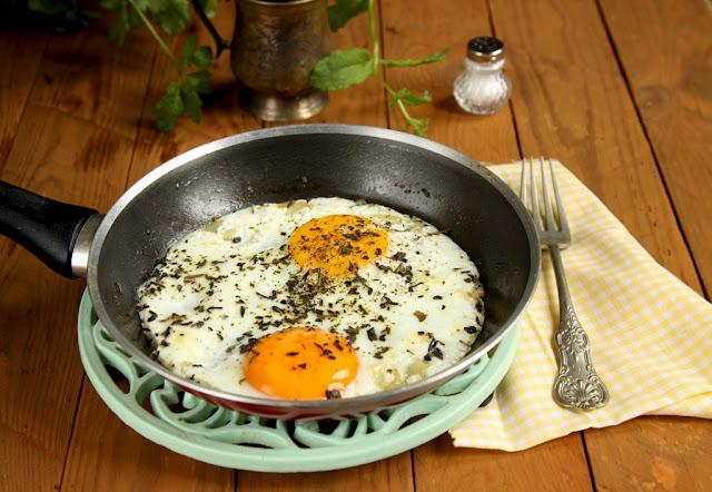 Jajko sadzone z czosnkiem i cytryną, pomysł na śniadanie, co na śniadanie, jajko sadzone,