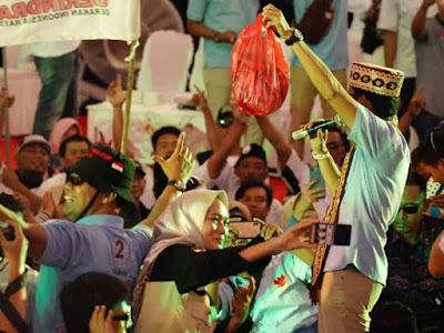 Sandiaga Salahudin Uno Disawer Warga Lampung di GOR Saburai Enggal