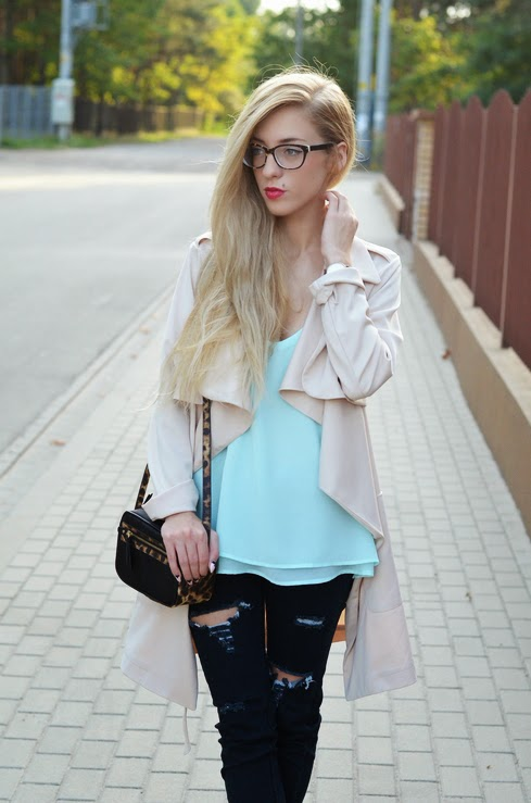 BEIGE WATERFALL COAT, RIPPED SKINNYS & WHITE POINTED WEDGES