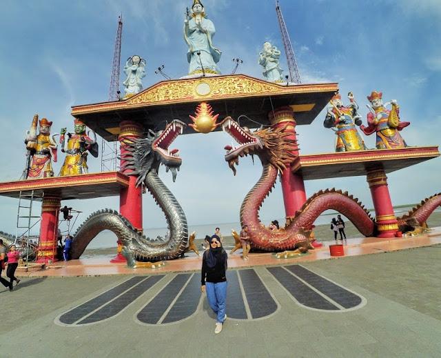 Foto cantik di patung naga Kenjeran Park