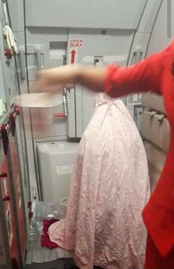 Luahan Pramugari Air Asia Terpaksa Berpakaian Ketat Kerana Kerja