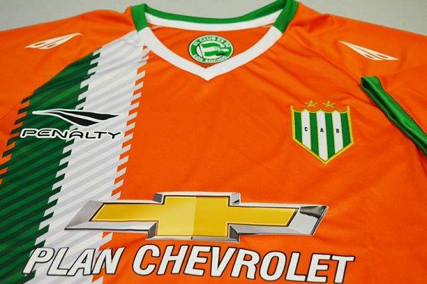 48af52ef41 ... na temporada 2016 17 do Campeonato Argentino de futebol. O modelo é  predominantemente laranja com faixas verticais do lado direito em branco e  verde.