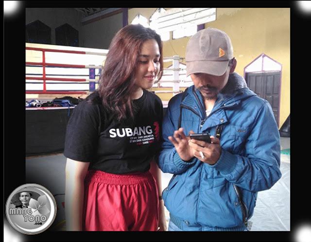 Neng Sitijill atlit MuayThai Subang dan Mang Annas wartawan tintahijau.com di Sasana Manggala Jati, Subang.
