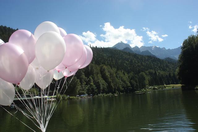Heliumballons zur Hochzeit in Rosa und Weiß - Schleierkraut-Wolken in rosa und weiß - Sommerhochzeit in Bayern, Garmisch-Partenkirchen, Riessersee Hotel, Hochzeitshotel, Babies breath wedding