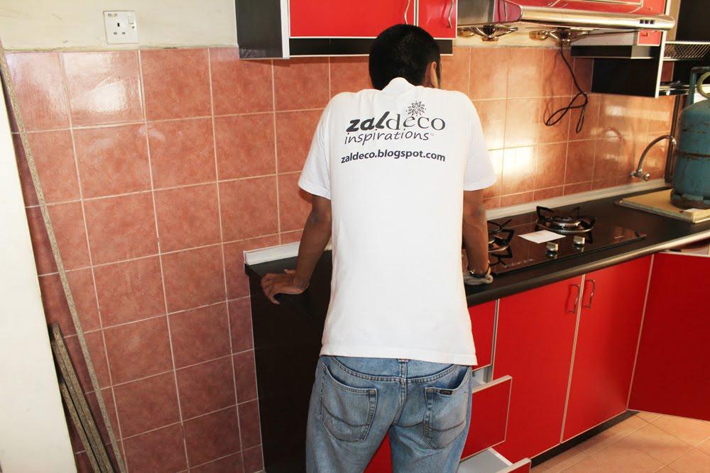 Memantau Kerja Pemasangan Sememangnya Menjadi Rutin Kru Zaldeco Bagi Memastikan Pemasangannya Menepati Rekaan Dapur Pereka Dalaman Faizal Zain