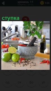на столе стоит ступка и рядом лежат фрукты